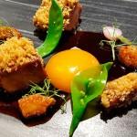 Paletilla de cochino negro, son salsa teriyaki isleña, yema de huevo en salazón con ajo negro y tirabeques | Foto: J.L.C.