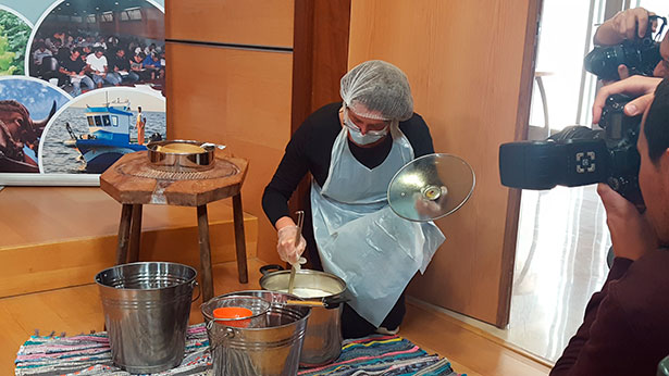 Una artesana enseña como se elabora el queso   Foto: C. Vecino