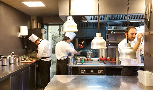 Cocina del restaurante | Foto: cellercanroca.com