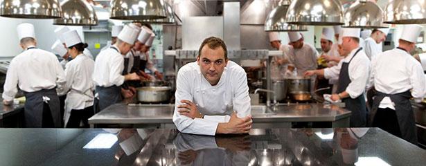 El chef Daniel Humm, en la cocina de su restaurante | Foto: winemag.com