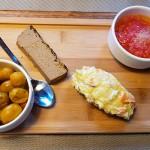 Ensaladilla de papa negra, paté de conejo, y un aliño de tomate y aceite | Foto: J.L.C.