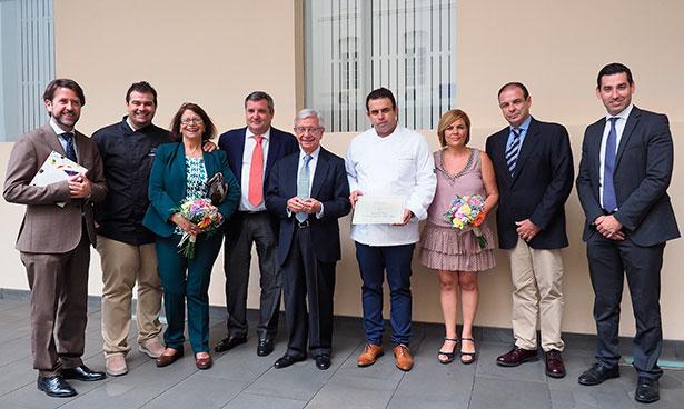 Autoridades y miembros de las Academias de Gastronomía posan junto a la familia Padrón | Foto: Sergio Méndez