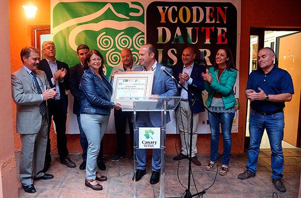 Ina León, cocinera y matriarca familiar de El Rincón de Juan Carlos, recoge el premio