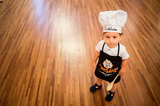 Uno de los peques, listo para aprender a cocinar | Foto: A.G.