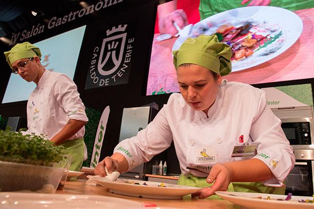 Isamar Dorta y su ayudante, Joshua España, durante la elaboración del plato ganador
