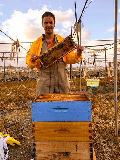 Iván Santana con una de sus colmenas de abeja negra