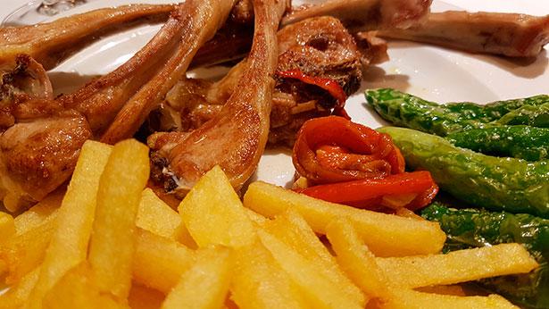 Chuletitas de cordero con papas fritas | Foto: J.L.C.