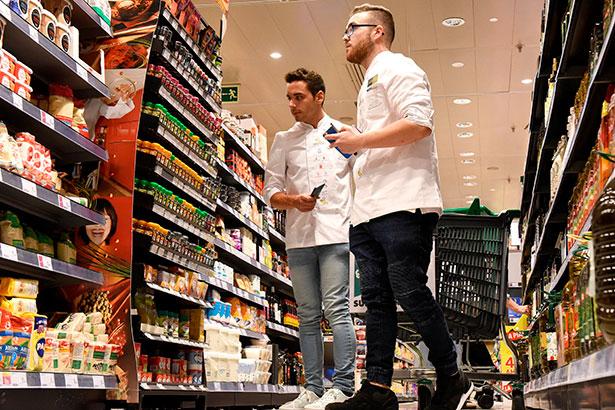 Los finalistas hicieron ayer la compra en el supermercado de El Corte Inglés | Foto: Sergio Méndez