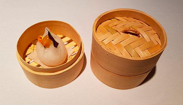 Dumpling de coco con almidón de tapioca y trigo, fruta de la pasión y pimienta galanga | Foto: J.L.C.