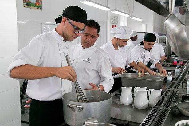 El chef ejecutivo del Hotel Bahía del Duque, Juan Miguel Cabrera, durante la clase magistral con los jóvenes de Añaza