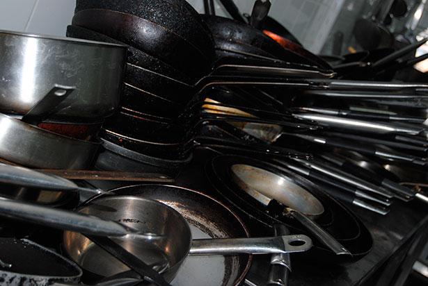 Sartenes acumulados en una cocina | Foto: Natalia González
