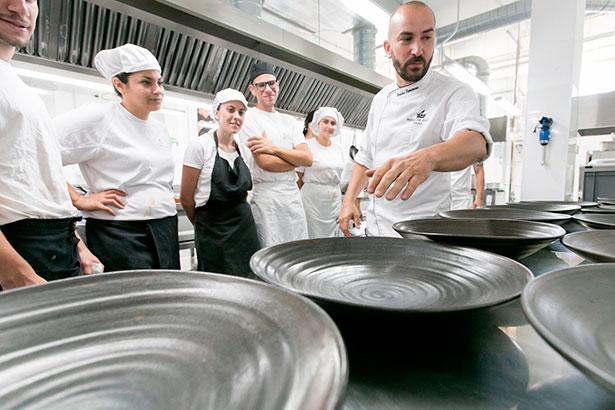 Braulio Simancas, chef de Las Aguas, durante sus explicaciones a los alumnos