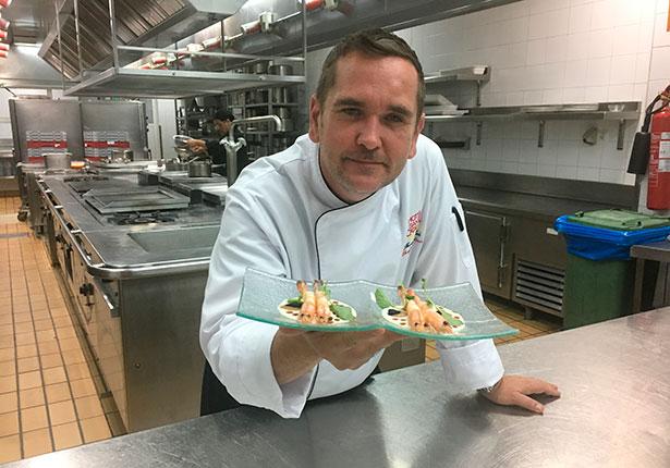 El chef Thomas Leeb con el plato que degustaron los Reyes