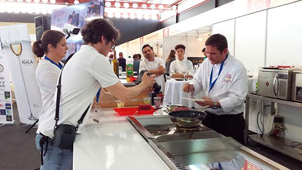 El chef Thomas Leeb prepara uno de los platos delante de las cámaras