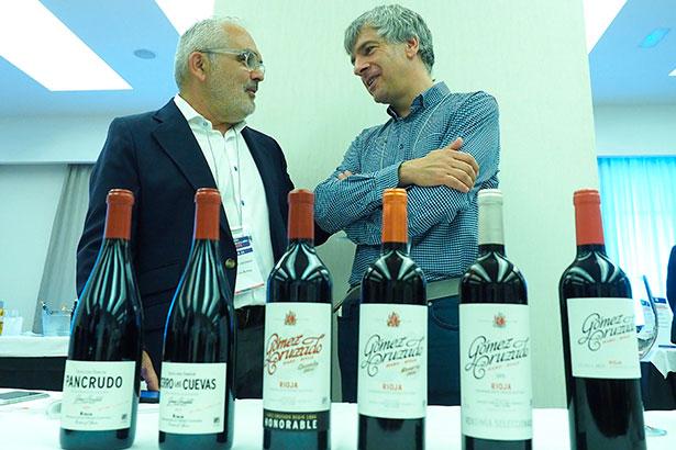 Toño Armas (i), propietario de de El Gusto por el Vino | Foto: Sergio Méndez