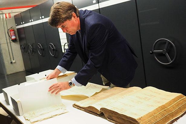 Carlos Cólogan, con algunos de los documentos del archivo familiar | Foto: Sergio Méndez