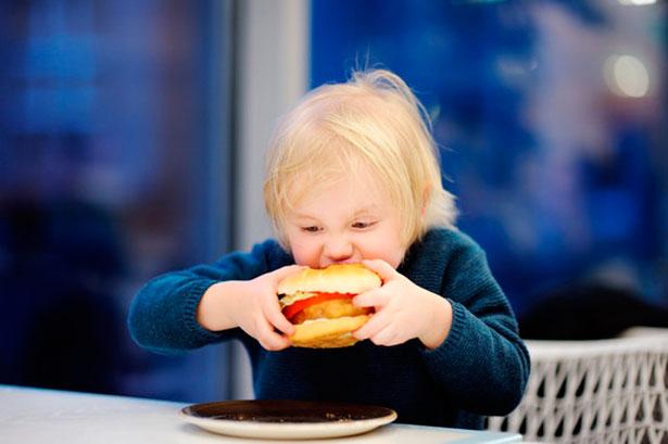 Es esencial reducir la ingesta de sal desde la infancia | Foto: Fotolia