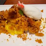 Mousse de mango, bizcocho de zanahoria, crujiente de sésamo y curry con helado de queso | Foto: J.L.C.