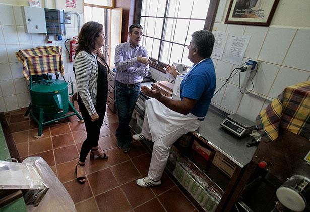 """Narvay Quintero y Belén Allende conversan con el propietario del molino herreño que elabora el gofio """"Abuelo Pancho"""""""