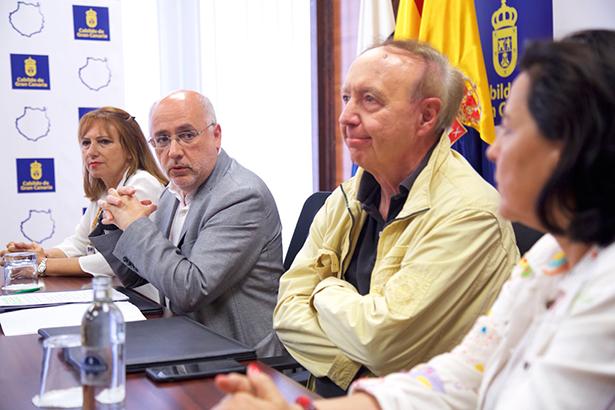 En el centro, el presidente del Cabildo (i) y el crítico gastronómico