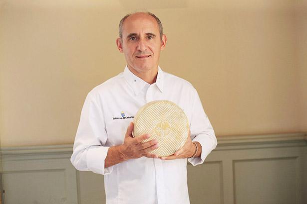 Paco Pérez sostiene un queso de Gran Canaria