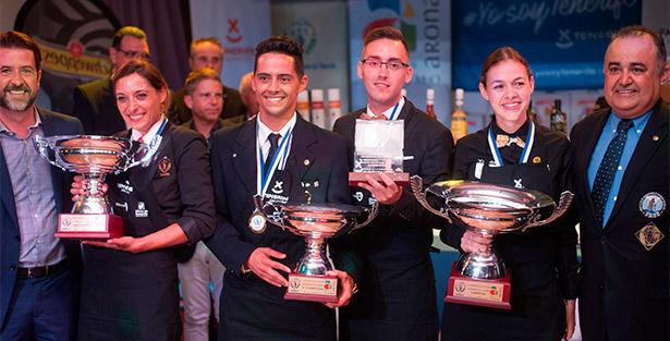 Foto de familia de los ganadores junto al presidente del Cabildo, Carlos Alonso, y el de la Asociación de Barman de Tenerife, José Antonio Mesa | Foto: Fran Pallero