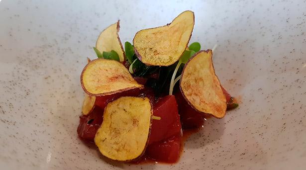 Tartar de atún picante con chips de papa negra y alga nori | Foto: J.L.C.