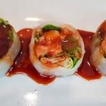 Ensalada de langostinos tempurizados con atún y papel de arroz | Foto: J.L.C.