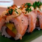 Maki roll de salmón, aguacate y atún con mahonesa sopleteada | Foto: J.L.C.