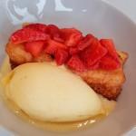 Torrija macerada, ensalada con helado de piña y fruta de la pasión | Foto: J.L.C.