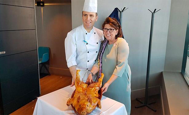 Marisa Duque y su maestro asador Carlos Martín con el cochinillo que es el plato fuerte de las jornadas | Foto: J.L.C.