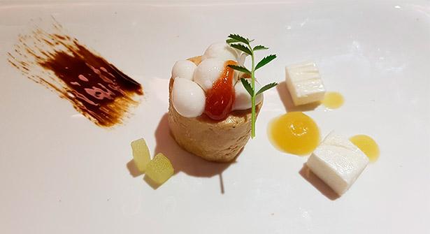 Queso ahumado de Finca de Uga, foie-gras, manzana verde y guayaba, de Alberto Margallo. Restaurante San Sebastián 57 | Foto: J.L.C.