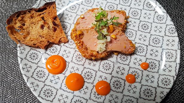 Micuit de foie, envuelto en millo, que se acompaña de una salsa de papaya y pan tostado de dátiles, de Víctor Suárez. Restaurante Haydée | Foto: J.L.C.