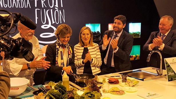 """La ministra, en la exhibición gastronómica """"Lechugueando en la cocina"""" con el chef Juan Antonio Pellicer   Foto: Magrama"""
