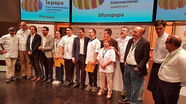 Alberto García Ponte, a la izquierda del consejero Narvay Quintero, fue el ganador del concurso de tortillas | Foto: J.L.C.