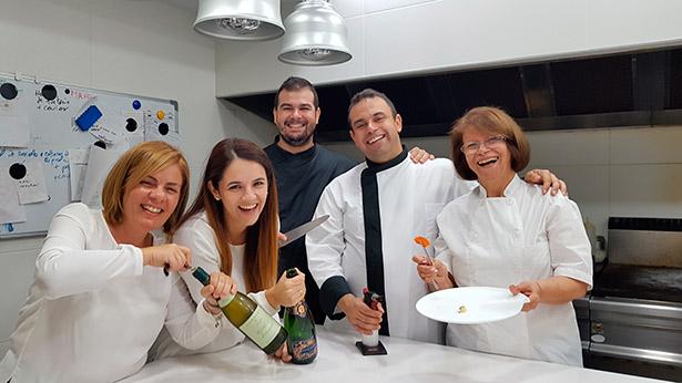 Los miembros de la familia Padrón posan, divertidos, en la cocina del restaurante | Foto: J.L.C.