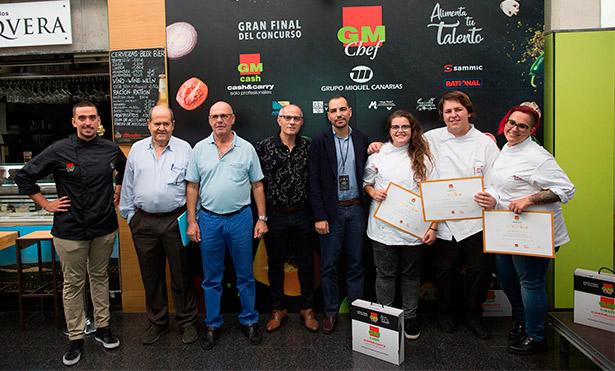 Foto de familia de los miembros del jurado y los tres finalistas