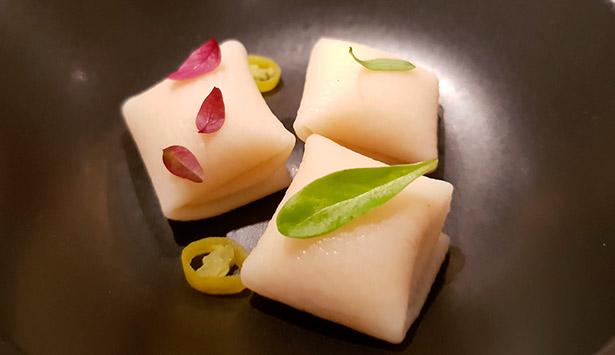 Raviolis de queso de bodega de Montesdeoca, que acompañan con caldo de lentejas en El Rincón de Juan Carlos | Foto: J.L. C.
