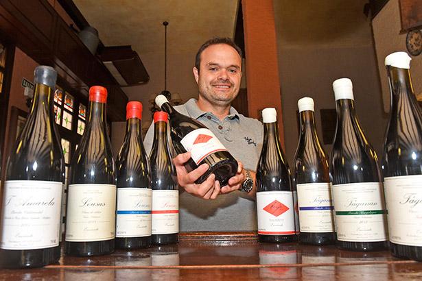 Roberto Santana, posa con algunos de sus vinos