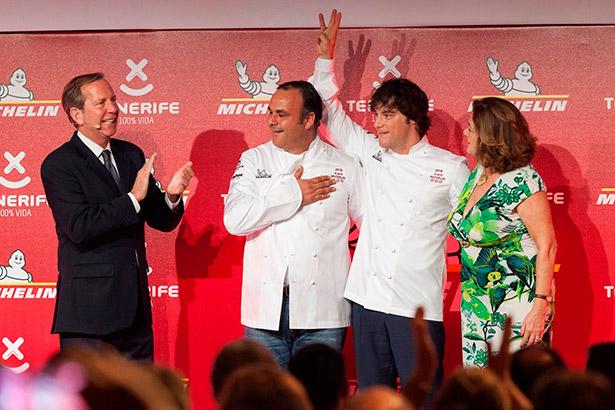 El director internacional de la Guía Michelin, Michael Ellis (i), junto a los cocineros Ángel León (c) y Jordi Cruz (2ºd), que obtuvieron su tercera estrella Michelin durante la gala Michelin para España y Portugal celebrada en el hotel Abama de Tenerife | Foto: EFE/Ramón de la Rocha
