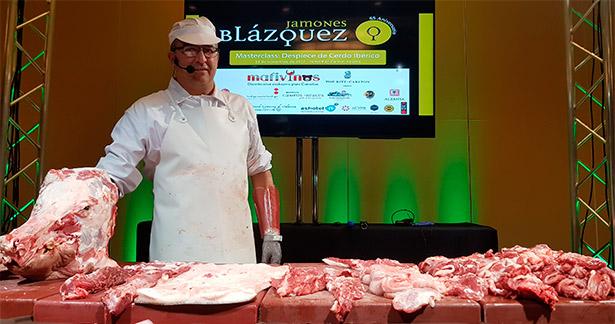 Manuel Labrador, matarife de Jamones Blázquez, tras el despiece de un cerdo ibérico de 140 kilos | Foto: J.L.C.