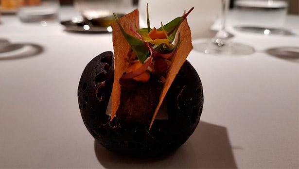 Bocadillo de rabo, ensalada de hierbas y mahonesa de pimienta fermentada de Juan Carlos Padron (El Rincón de Juan Carlos) | Foto: J.L.C.