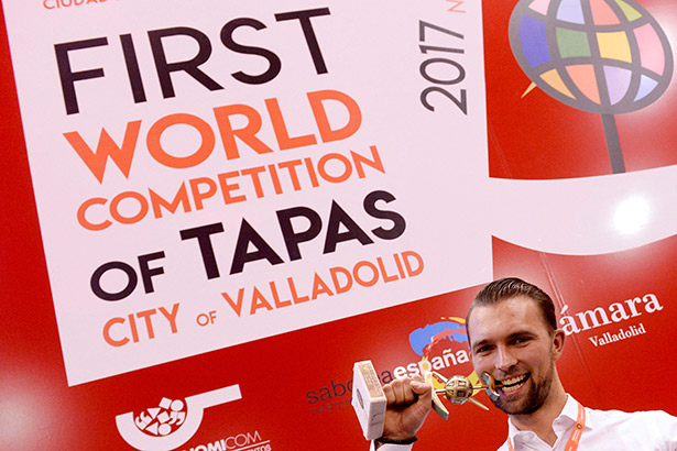 Oyvind Boe Dalev, chef del restaurante de Oslo Statholdergaarden, muerde el trofeo tras ganar el campeonato mundial | Foto: Nacho Gallego | EFE