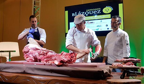 Manuel Labrador, en el centro, durante el despiece del cerdo | Foto: J.L.C.