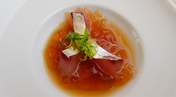 Tosazu de lapsng souchong (té chino con toques ahumados) con jurel del restaurante Kabuki | Foto: J.L.C.