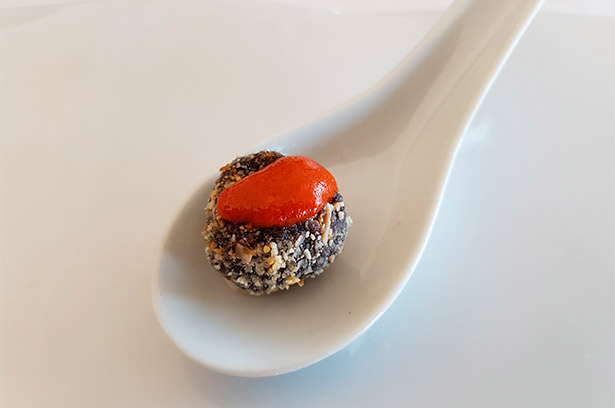 Bocado de morcilla canaria rebozada con almendras y mojo rojo del restaurante Ardeola | Foto: J.L.C.