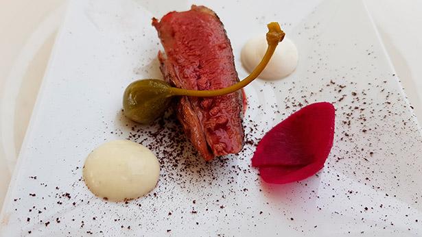 Pechuga de pichón a la llama sobre cacao, espuma de encurtidos, remolacha y yogurt del chef Erlantz Gorostiza (M.B Abama) | Foto: J.L.C.