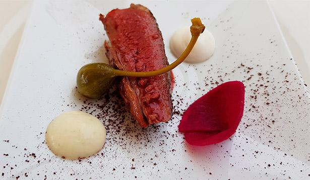 Pechuga de pichón a la llama sobre cacao, encurtidos y yogur del chef Erlantz Gorostiza | Foto: J.L.C.