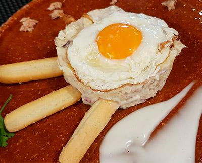 Ensaladilla con un huevo frito del restaurante CuC | Foto: J.L.C.
