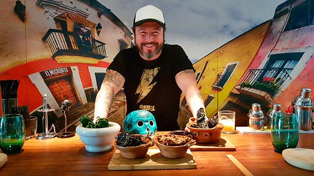 Armando Saldanha, en su restaurante mexicano, con algunos de los chiles que utiliza en su cocina | Foto: J.L.C.